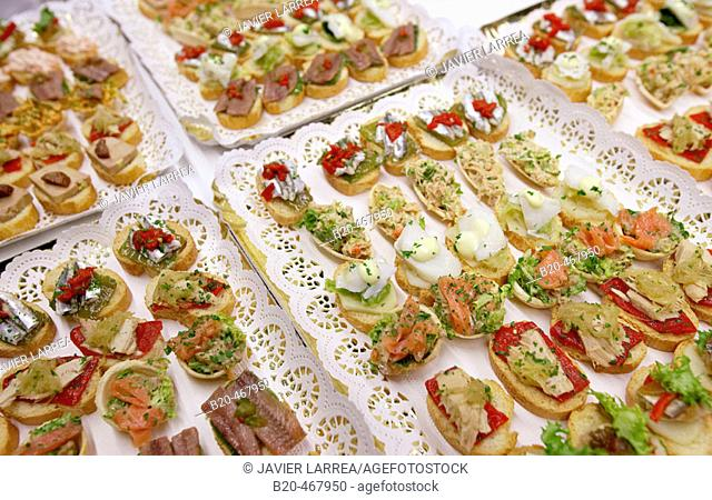 Smoked fish canapes with peppers, vegetables and salad. Catering. Opening of Juantxo Mugica Decoración exhibition. Oyartzun, Gipuzkoa. Euskadi. Spain