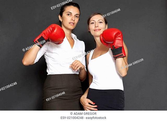 Zwei Geschäftsfrauen mit roten Boxhandschuhen