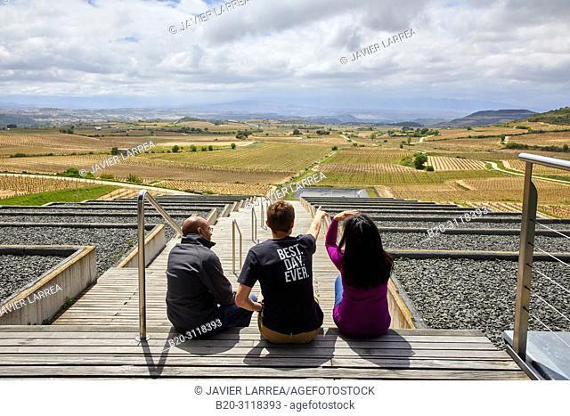 Guide with couple of tourists, Vineyard, Bodegas Baigorri, Samaniego, Rioja Alavesa, Araba, Basque Country, Spain, Europe