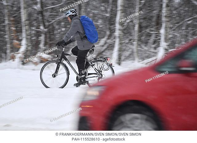 Snow chaos on the streets of Bavaria - as here in Munich Riem, the commuter traffic, commuters on snow-slick roads - probably the one who comes by bicycle to...