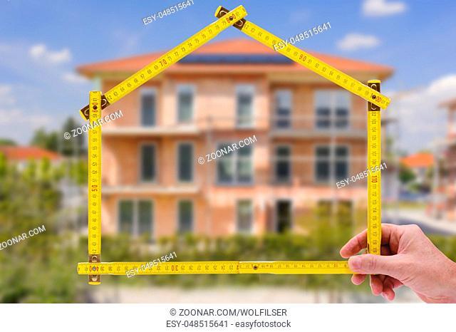 Hauskauf mit Makler und Meterstab