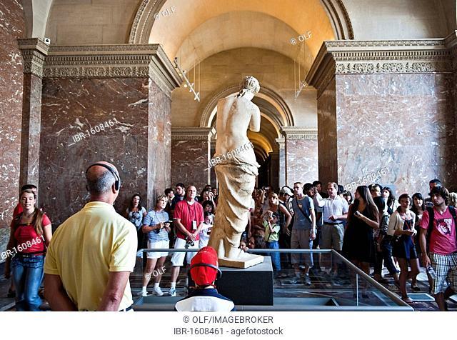 Cisitors in front of the Venus de Milo in the Musee du Louvre museum, Paris, Ile de France region, France, Europe