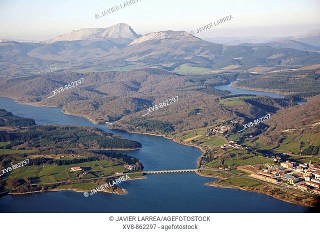 Urrunaga reservoir, Legutiano, Parque Natural de Urkiola in background, Sierra de Arangio, Alava, Basque Country, Spain