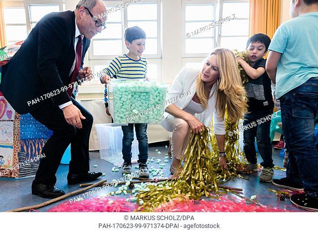 Hamburg's school senator Ties Rabe and former tennis player Steffi Grad (3-L) make a nest from DIY material at a school in Hamburg, Germany, 23 June 2017