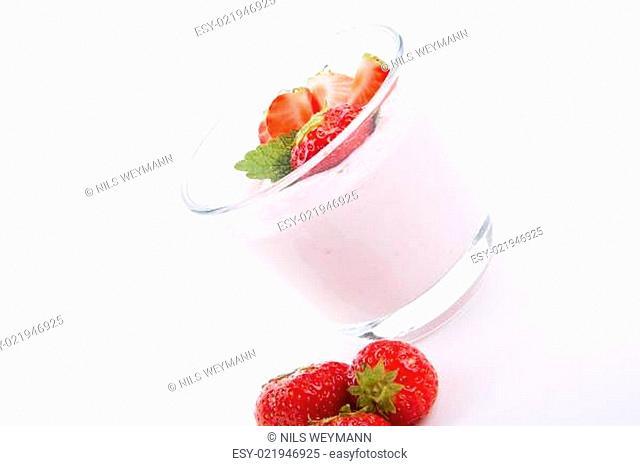 frischer erdbeer joghurt shake in einem Glas isoliert auf weiß