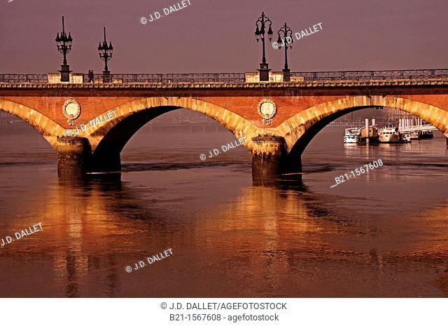 France, Aquitaine, Gironde, Garonne river passing under the 'Pont de pierre' bridge, at Bordeaux