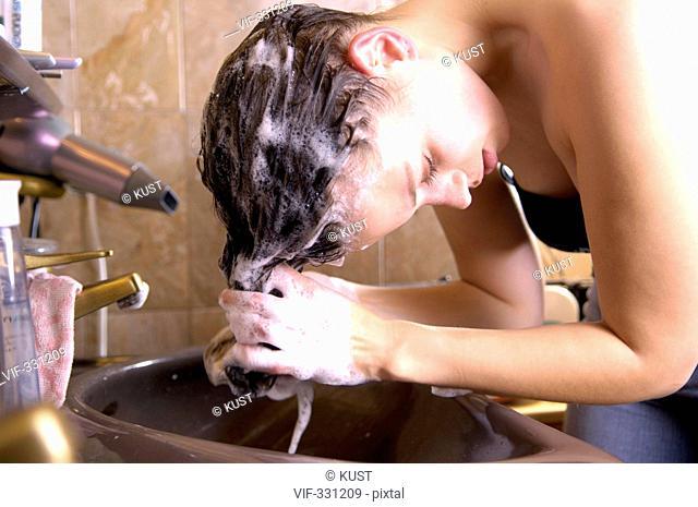 junge Frau beim Haare waschen - Kirchberg/Pielach, NÍ, Austria, 21/10/2005