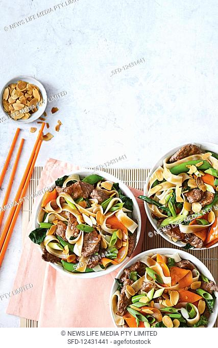 Wok fried rice noodles with beef and vegetables
