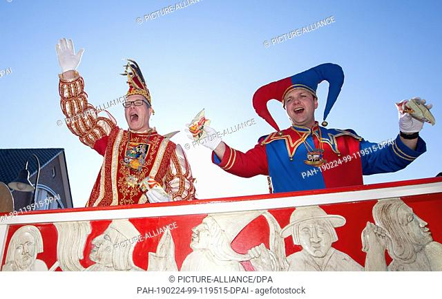 24 February 2019, Lower Saxony, Damme: Carnival prince Michael Grosse Klönne (l) celebrates the traditional carnival procession with a fool on a carriage