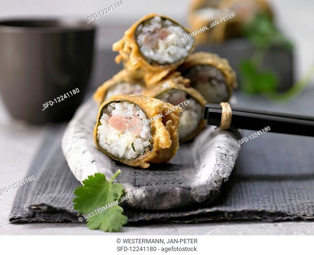 Baked maki roll with tuna, red onion and coriander