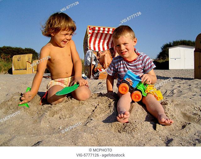 Zwei kleine Jungen spielen am Strand, Ostsee 2006 - Insel Poel, Mecklenburg-Vorpommern, Germany, 12/09/2006