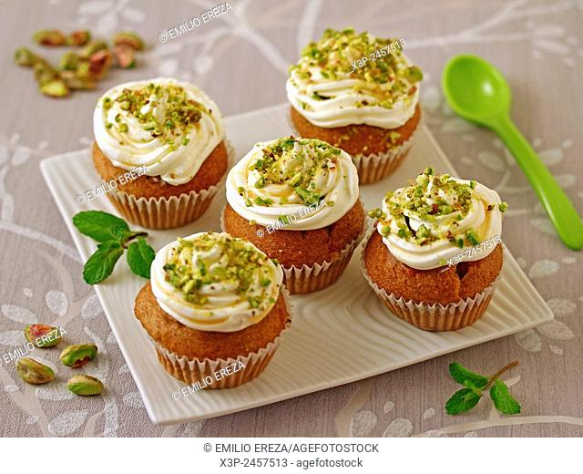 Wholemeal cupcakes with honey and cheese