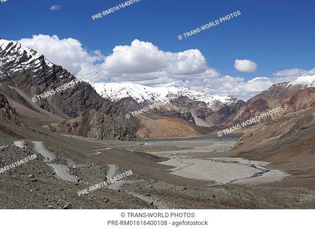 Landscape near Baralacha La Bara-Lacha-Pass, 4890m, Manali-Leh Highway, Lahaul and Spiti, Himachal Pradesh, India / Landschaft am Baralacha La Bara-Lacha-Pass