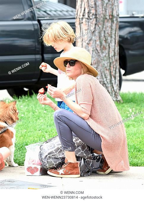 Julie Bowen entertains her three boys during a trip to the Farmers Market Featuring: Julie Bowen Where: Los Angeles, California
