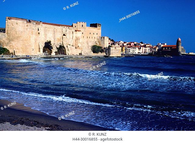 Collioure, Mediteranean Sea, bay, beach, break water, fortified church, Church of our Lady of the Angels, La Côte Vermeille, Pyrénées-Orientales department