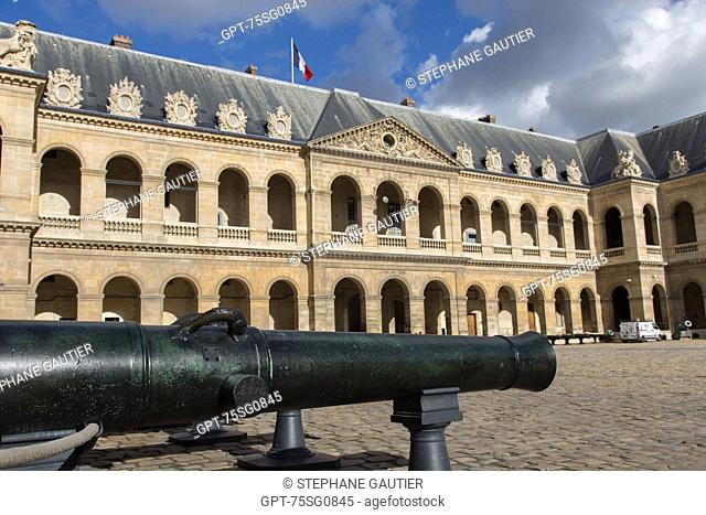 COURTYARD OF LES INVALIDES, HOTEL NATIONAL DES INVALIDES, FOUNDED BY LOUIS XIV IN 1670 TO CARE FOR INVALID SOLDIERS, IT IS TODAY A CENTER FOR NATIONAL...
