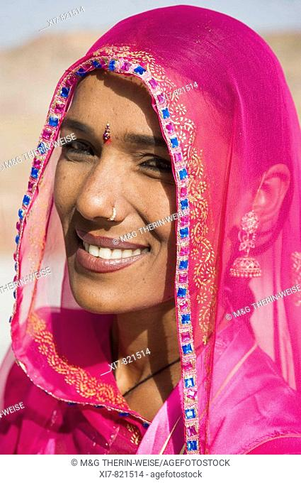 Portrait of an Indian woman in the Jaswant Thada, Jodhpur, Rajasthan, India Portrait d'une indienne dans le Jaswant Thada, Jodhpur, Rajasthan