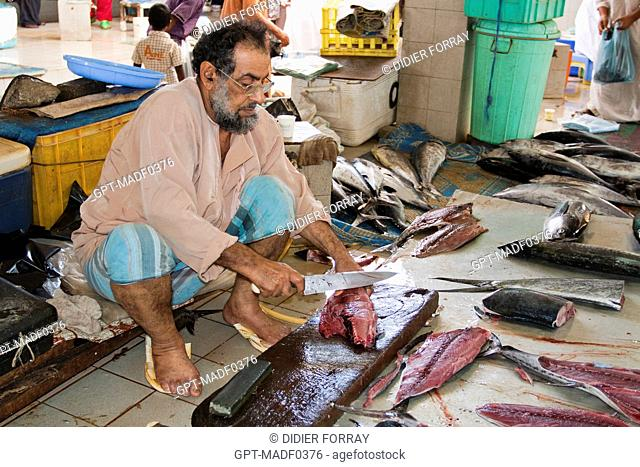 FISHMONGER CUTTING UP A FISH, FISH MARKET IN MUTTRAH, MUSCAT, SULTANATE OF OMAN, MIDDLE EAST