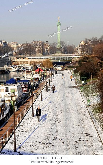 France, Paris, Bastille area, the bassin de l'Arsenal gardens under the snow and the column of Juillet on Bastille square