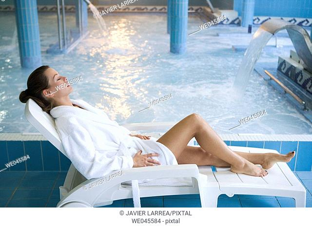 Therapeutic seawater pool (33ºC) with hydrojet, underwater massage jets, waterfalls, bubbles, shoulder and neck massage waterfalls, jacuzzis