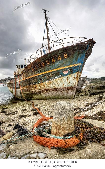 Shipwreck at boat cemetery, Camaret sur Mer, Crozon Peninsula, Finistere, Brittany, France
