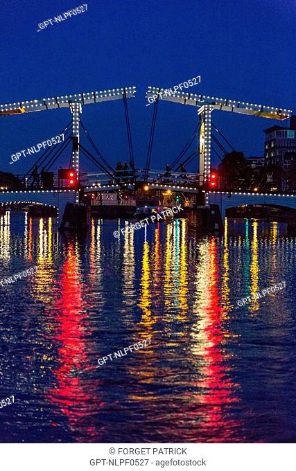 MAGERE BRUG BRIDGE AND CANALS LIT UP AT NIGHT, AMSTEL, AMSTERDAM, HOLLAND
