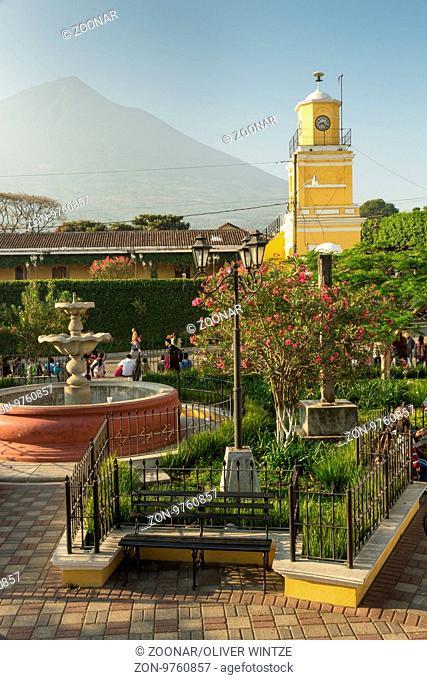 Blick vom Parque Central in Ciudad Vieja auf den Volcán de Agua (Guatemala) / View from the main square in Ciudad Vieja to the Volcán de Agua (Guatemala)
