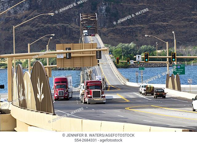 Traffic on the Sam Hill Memorial Bridge over the Columbia River between Washington and Oregon, USA