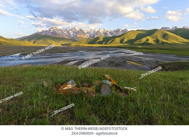 River coming from Köl-Suu mountain range at sunset, Kurumduk valley, Naryn province, Kyrgyzstan, Central Asia
