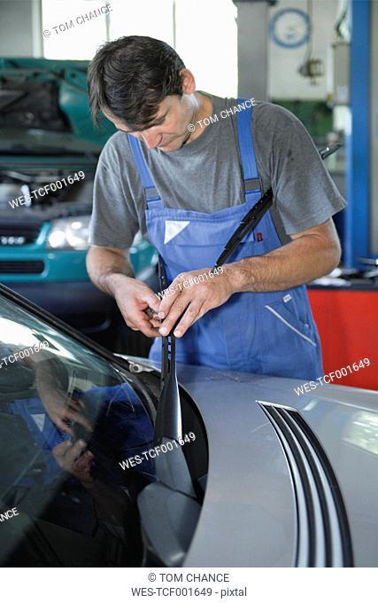 Germany, Ebenhausen, Mechatronic technician working in car garage