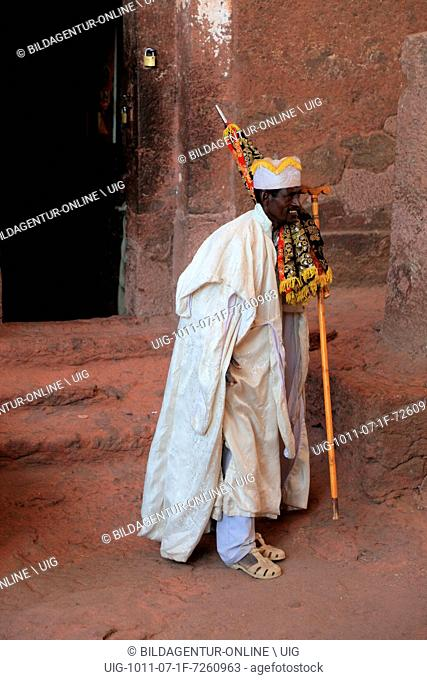 Rock churches of Lalibela, pilgrims at the entrance to the Bete Maskal, Chapel of the Cross