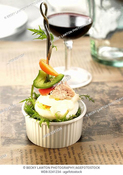 pincho de bonito, huevo y pimientos rojo y verde y mayonesa