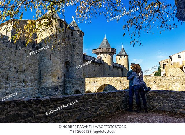 Europe. France. Languedoc-Roussillon. Aude. Carcassonne. La Cite. Young couple looks at the old medieval city