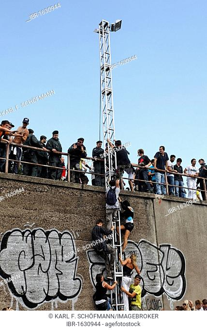 Young people climbing up poles to save themselves from being squashed by the crowds, mass panic leaving 21 dead, Loveparade 2010, Duisburg