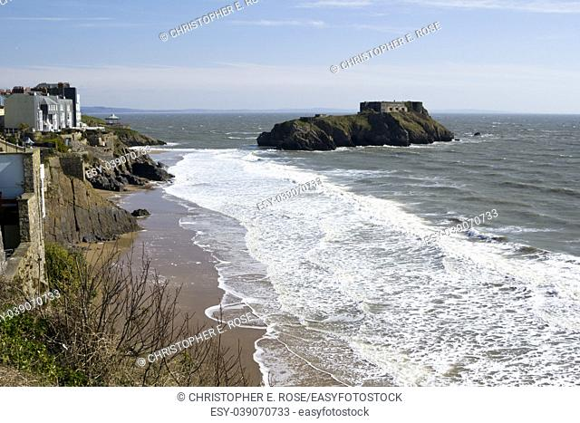 UK, Wales, Pembrokeshire, Tenby, homes on the cliffs above Castle Beach