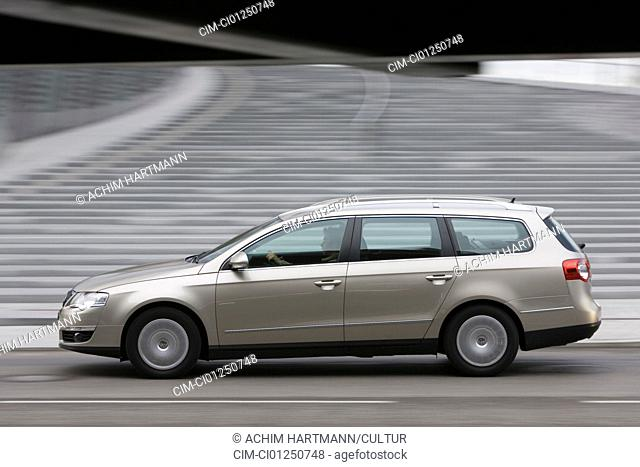 VW Volkswagen Passat Variant 1.9 TDI Comfortline, model year 2005-, silver, driving, side view, City