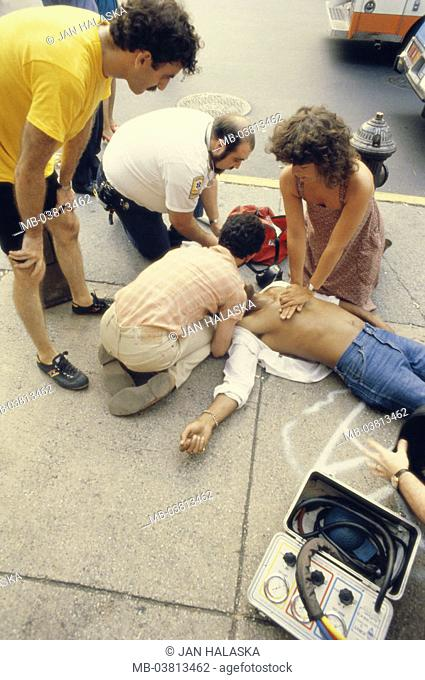 Roadside, sidewalk, victims, First helpers, reanimation, , Man, casualties, patient, cardiac arrest, passer-bys, doctor on emergency call, doctor, first aid