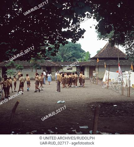 Alltag auf einem Schulhof in Java, Indonesien 1980er Jahre. Everyday life on a schoolyard on the island of Java, Indonesia 1980s