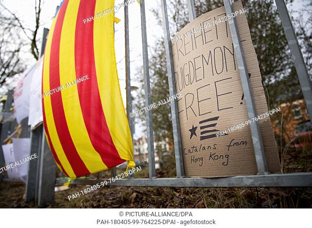 05 April 2018, Germany, Neumuenster: A protest sign reading 'Freiheit Puigdemont Free! Catalans from Hong Kong' and the estelada
