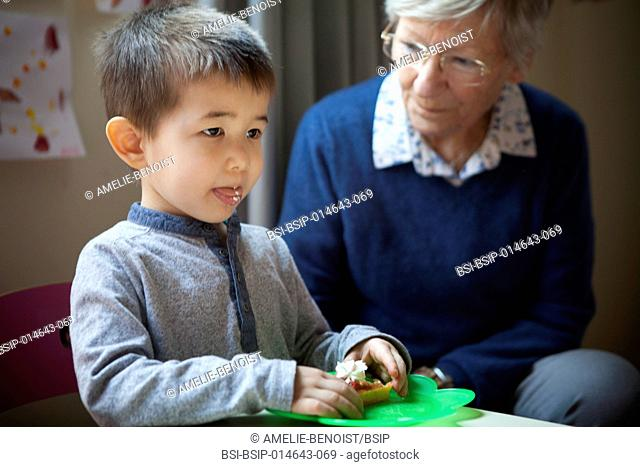 Reportage on intergenerational projects set up in a kindergarten and crèche in Switzerland. In both establishments, volunteer retirees take part in the day's...