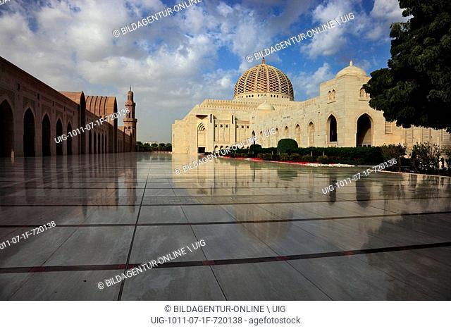 The big sultan's Qabus mosque in Muscat is the main mosque in Oman. She is valid as one of the most important buildings of the country and as one of the...