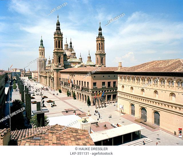 Square, Plaza de Nuestra Senora del Pilar with Basilica del Pilar, Saragossa, Aragon, Spain