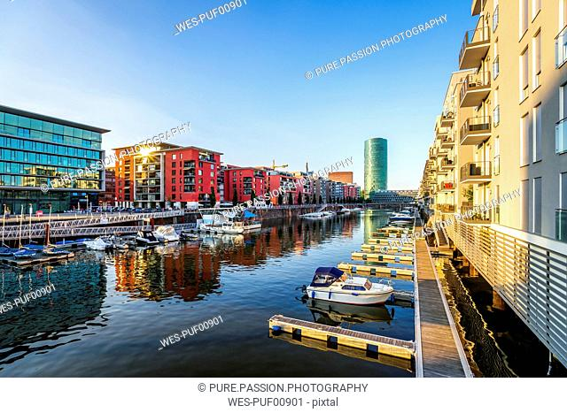 Germany, Frankfurt, luxury apartment buildings at Westhafen with Westhafen Tower in the background