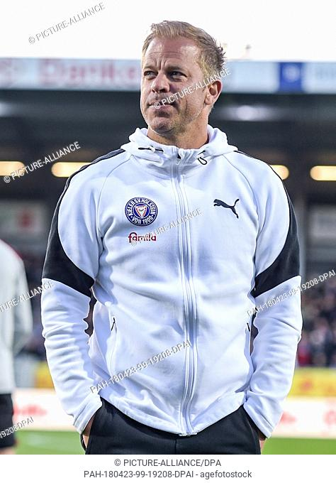 23 April 2018, Germany, Kiel: Soccer, second Bundesliga, Holstein Kiel vs. 1. FC Nuremberg at Holstein stadium. Kiel's manager Markus Anfang entering the...