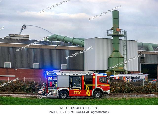 21 November 2018, North Rhine-Westphalia, Kefeld: After a violent explosion, firefighters and rescue workers are on duty in an iron foundry