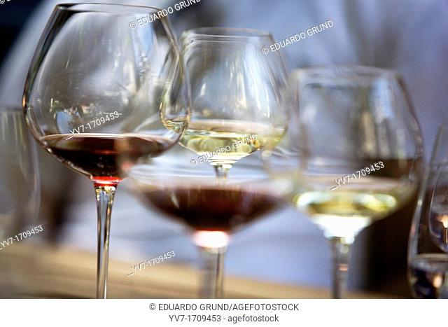 Detail of glasses with two varieties, red and white wines Riesling, although the most famous and good are whites  Rüdesheim, Rin, Renania-Palatinado, Germany