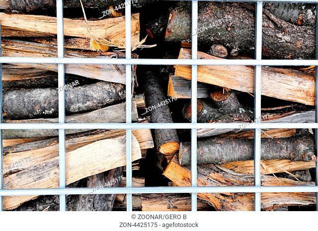 Ofenholz hinter Gitter, Firewood in mesh boxes
