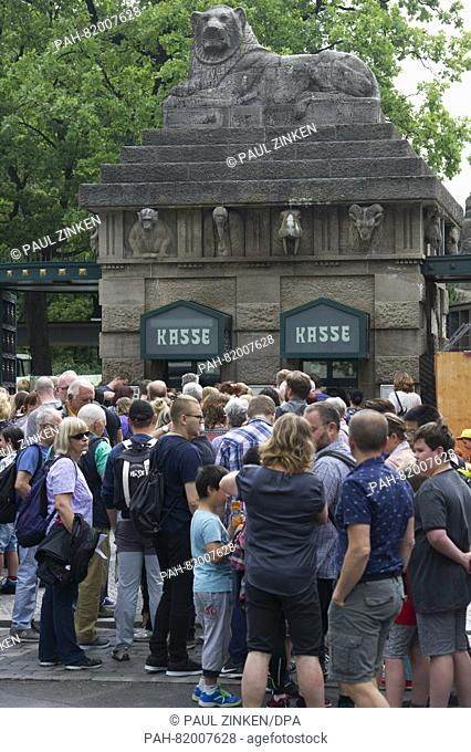 Visitors stand in long queues in front of Berlin zoo in Berlin, Germany, 13 July 2016. Photo: Paul Zinken/dpa   usage worldwide