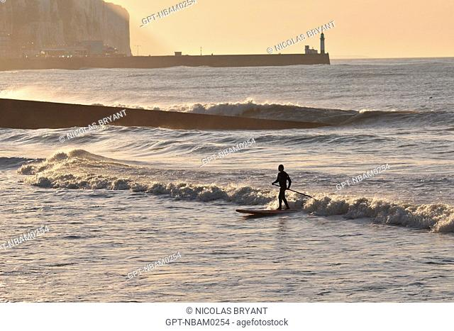 SURFER ON A ROUGH SEA WITH THE TREPORT LIGHTHOUSE IN THE BACKGROUND, MERS-LES-BAINS, BAY OF SOMME, SOMME 80, FRANCE
