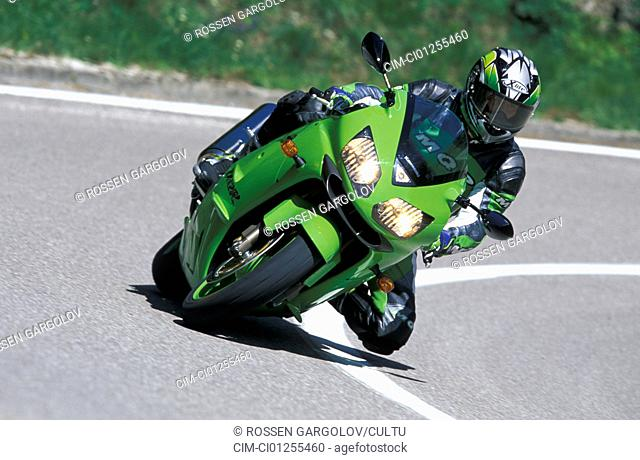 Sports motor cycle, Sportsman, Kawasaki Ninja ZX-12R, green, model year 2003, driving, inclined position, Knee on the groand, Side position, from the front